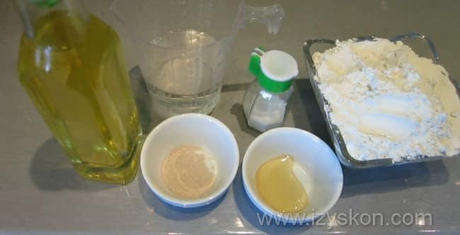 Для приготовления простых булочек для хот-догов нам понадобятся такие ингредиенты