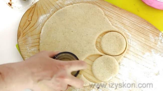 Для приготовления пряников по простому рецепту раскатайте тесто.