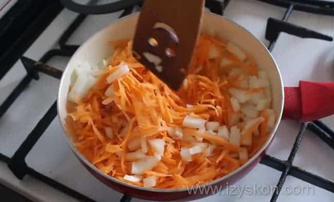 Обжариваем лук и морковь на сухой сковороде
