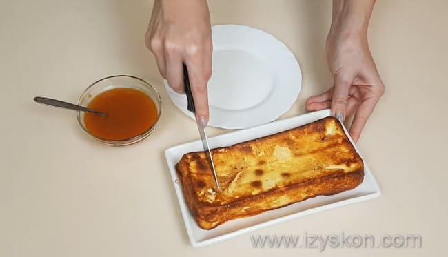 Подаем к столу творожную запеканку, приготовленную по простому рецепту в духовке без использования манки