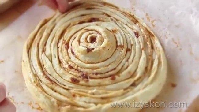 Перед тем как приготовить хлеб в духовке, по рецепту сформуйте из теста заготовку.
