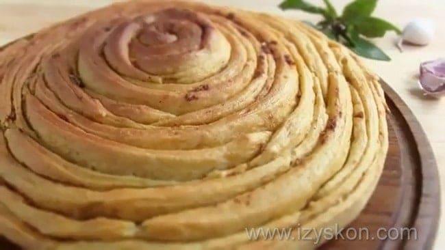 Чесночный хлеб приготовленный в духовке готов.