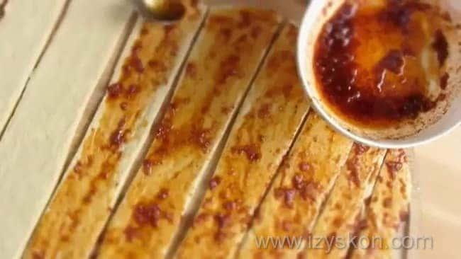 Перед тем как приготовить хлеб в духовке, по рецепту смажьте тесто чесноком.