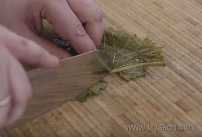 В рецепте приготовления долмы из листьев винограда важно срезать стебельки.