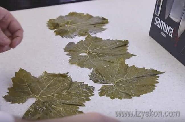 Выкладываем листья на стол.