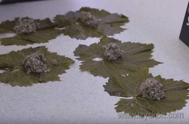 В зависимости от размера листика выкладываем 1-1,5 ложки начинки на каждый.
