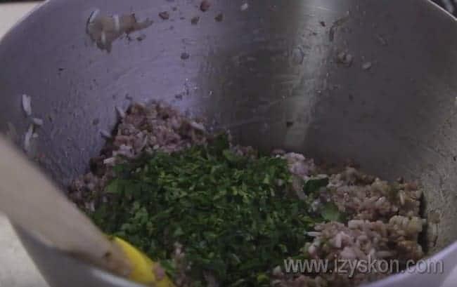 Добавляем нарезанную петрушку к фаршу и перемешиваем.
