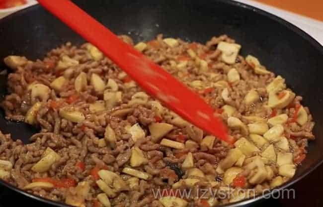 По рецепту, для приготовления фаршированных кальмаров обжарьте грибы