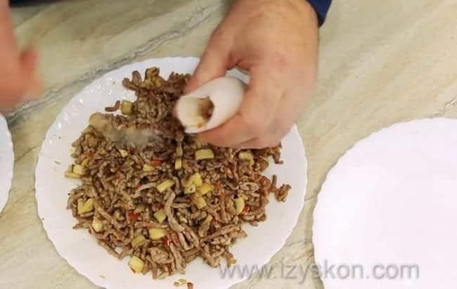 По рецепту, для приготовления фаршированных кальмаров нафаршируйте кальмаров