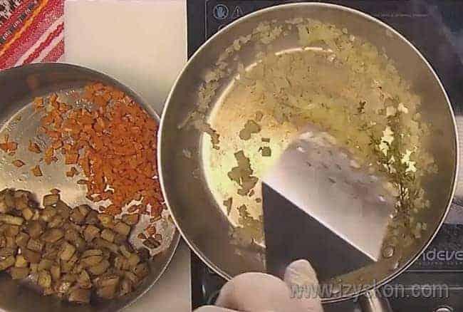 Отдельно обжариваем морковь и лук, а затем перемешиваем их с баклажаном.