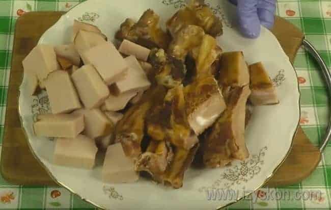мы расскажем, как приготовить гороховый суп с копченостями, ребрышками.