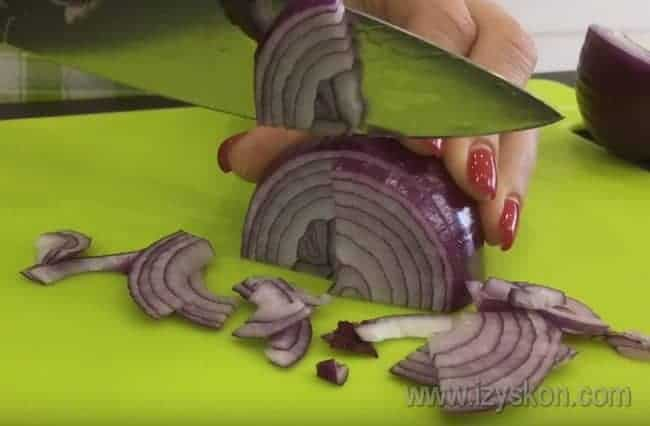 Лук режем четвертькольцами.