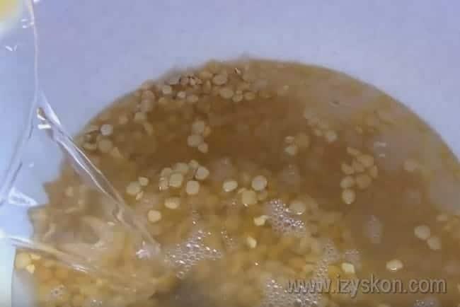 В мультиварке тоже можно приготовить вкусный гороховый суп с копченостями.