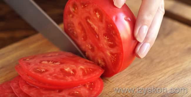 Нарезаем помидоры для приготовления пиццы маргарита