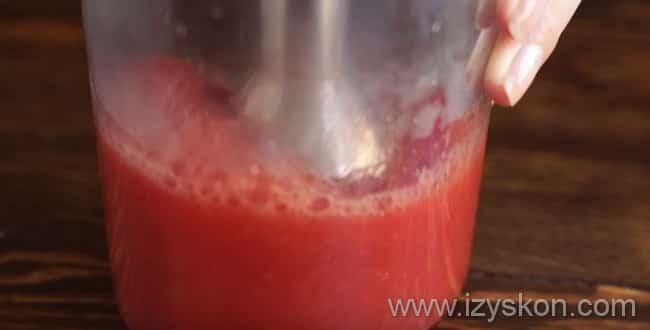 Блендером измельчаем помидор