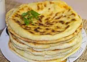 Перед тем как сделать хачапури с сыром, приготовьте все ингредиенты.