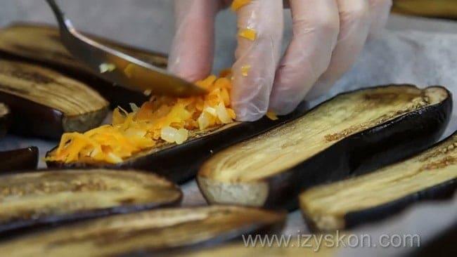 По рецепту для приготовления баклажанов фаршированных овощами на зиму нафаршируйте баклажаны.