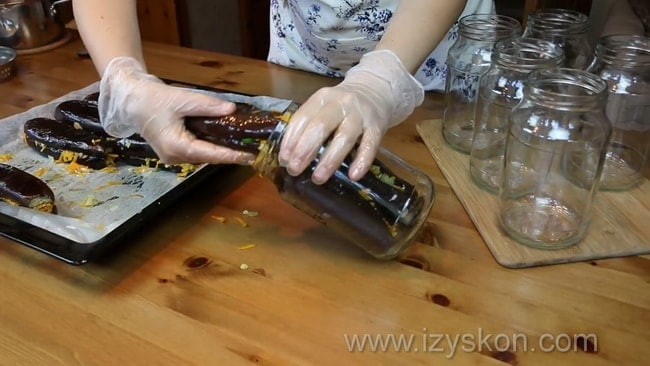 По рецепту для приготовления баклажанов фаршированных овощами на зиму положите баклажаны в банку.