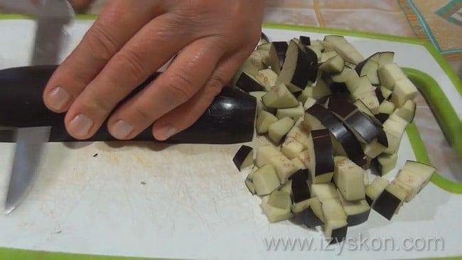 Для приготовления болгарского перца фаршированного овощами на зиму подготовьте нарежьте баклажан.