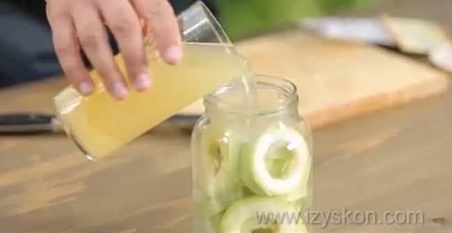 Перед тем как приготовить ананасовый компот из кабачков, залейте соком овощи.