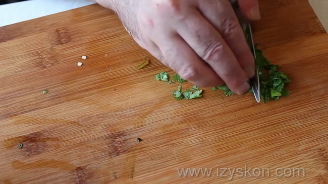 Перед тем как приготовить как сделать соус сацебели в домашних условиях измельчите зелень.