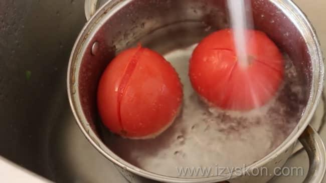 Перед тем как приготовить как сделать соус сацебели в домашних условиях бланшируйте помидоры.