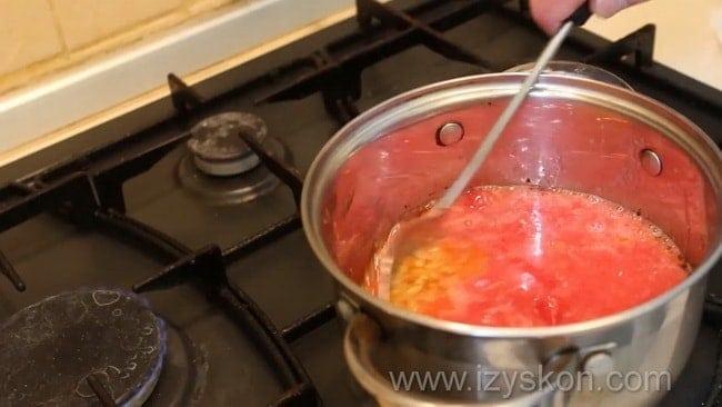 Перед тем как приготовить как сделать соус сацебели в домашних условиях добавьте в кастрюлю томатный сок.