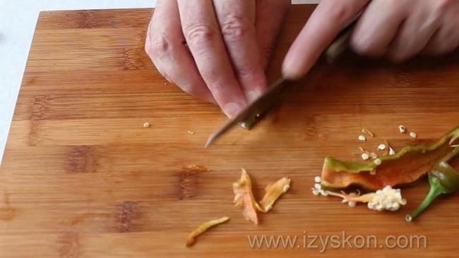 Перед тем как приготовить как сделать соус сацебели в домашних условиях измельчите перец.