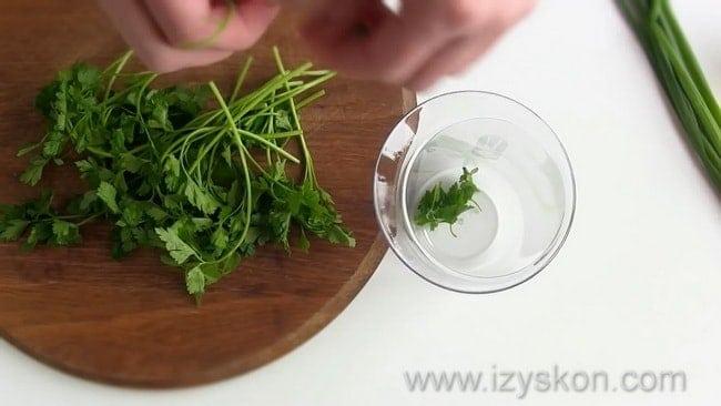 Для приготовления соуса тартар по классическому рецепту нарежьте петрушку