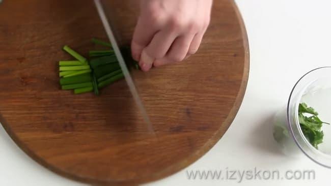 Для приготовления соуса тартар по классическому рецепту нарежьте зеленый лук.