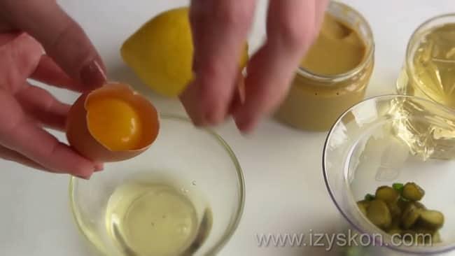 Для приготовления соуса тартар по классическому рецепту отделите белок от желтка.