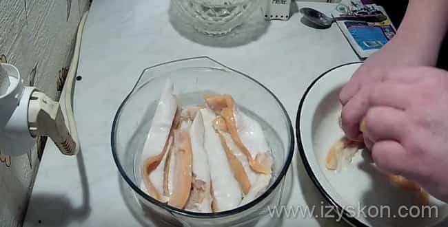 Что бы засолить брюшки семги в домашних условиях нужно брюшки смешать с солью