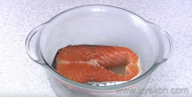 Чтобы засолить семгу - переворачиваем рыбу и оставляем еще на сутки