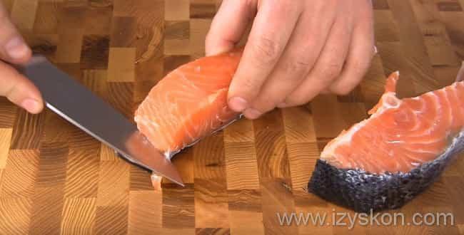 Чтобы засолить семгу - разделываем стейки на филе, убираем кости и срезаем кожу