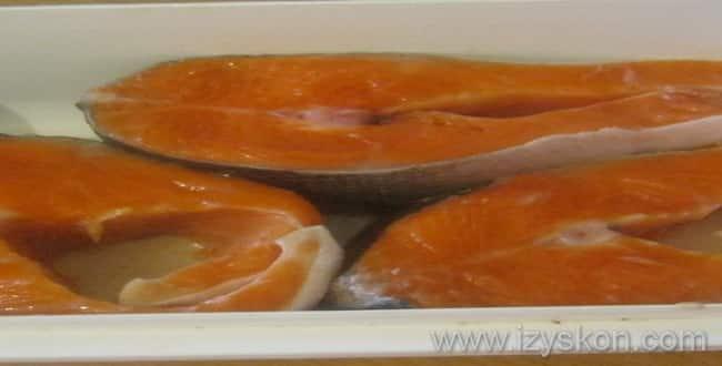 Как засолить семгу - ставим воду на плиту и доводим до кипения