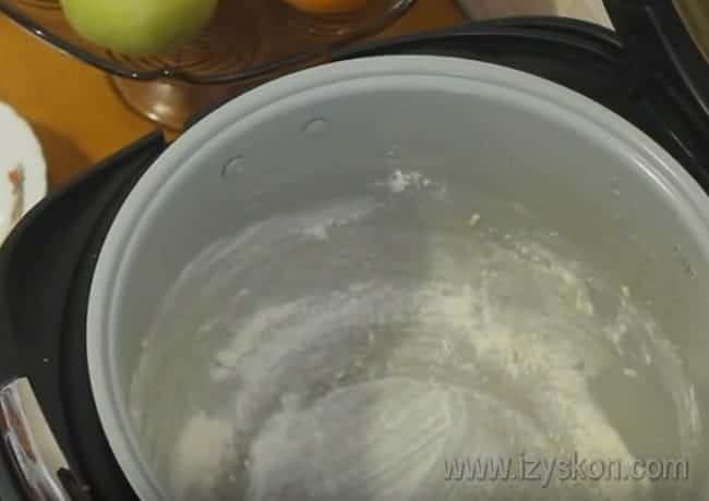 Чтобы запеканка не пристала ко дну чаши, смазываем ее маслом и посыпаем мукой.