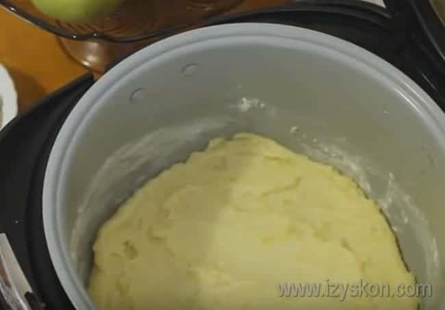 Из половины картофеля формируем в чаше мультиварки дно нашей запеканки.