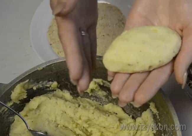 Аккуратно соединяем края теста, формируя пирожок.