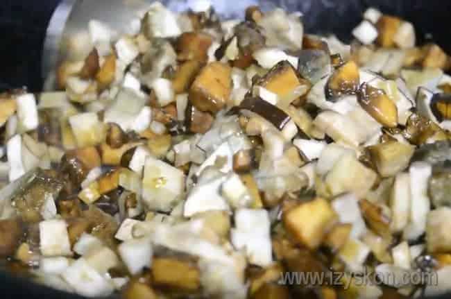 Обжарив на сковороде лук, добавляем к нему грибы.