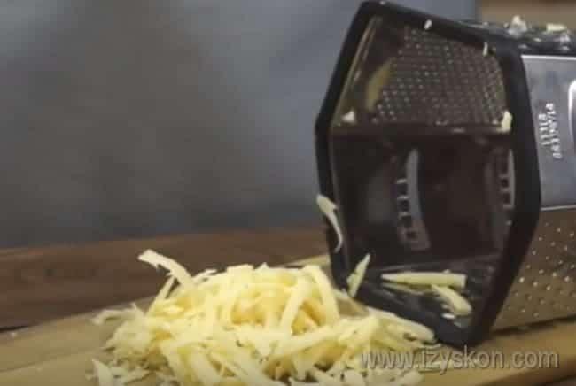 Поскольку мы будем готовить зразы с сыром и грибами, натрем сыр на терке.