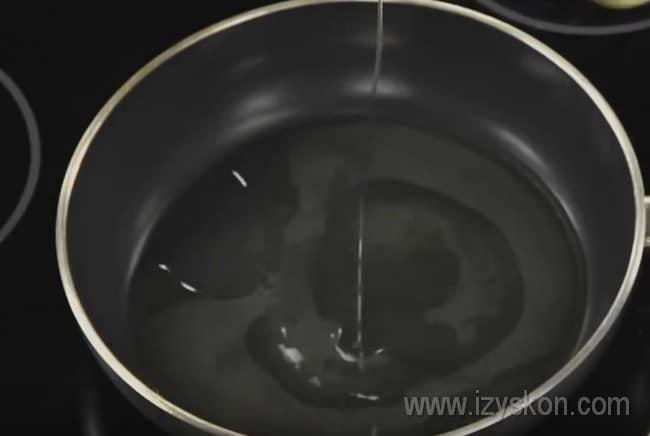 Хорошенько раскаляем сковороду и наливаем на нее растительное масло.