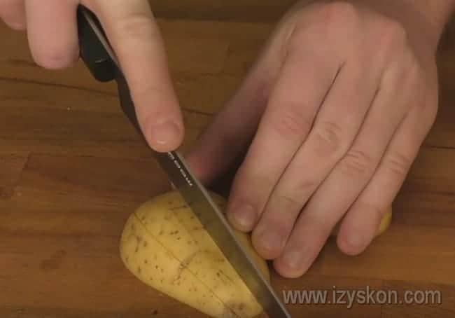 Посмотрите, как правильно нарезать картошку по-деревенски.