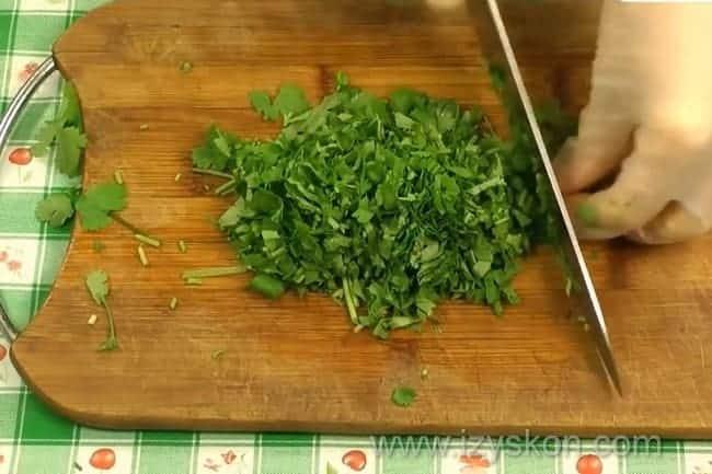 Перед тем как приготовить рыбу хе, по рецепту нужно нарезать зелень