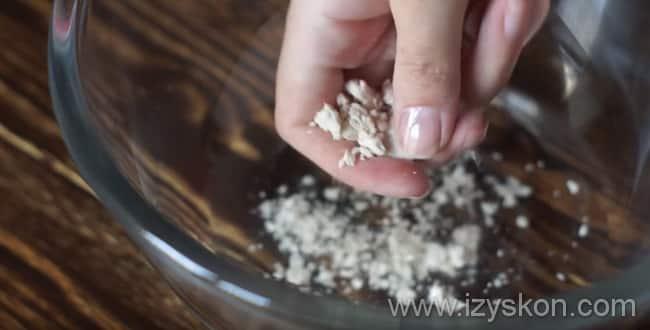 Для приготовления пиццы маргарита берем дрожжи и крошим в воду