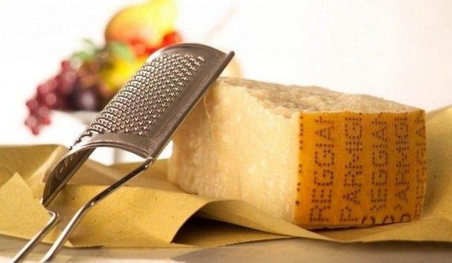 Для приготовления соуса для пасты карбонара выберете сыр.