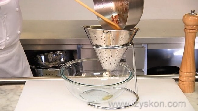 Для приготовления соуса для пасты карбонара уберите лишний жир.