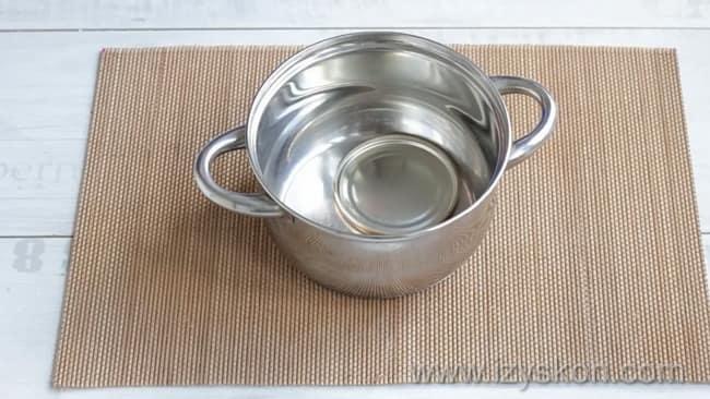 Для приготовления компота из черешни с косточками на зиму простерилизуйте крышки.