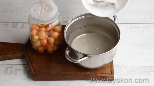 Для приготовления компота из черешни с косточками на зиму приготовьте сироп.