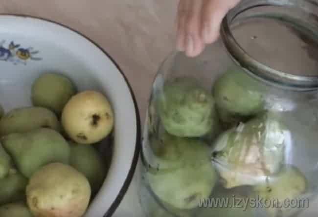 Поплотней укладываем плоды в простерилизованную банку.