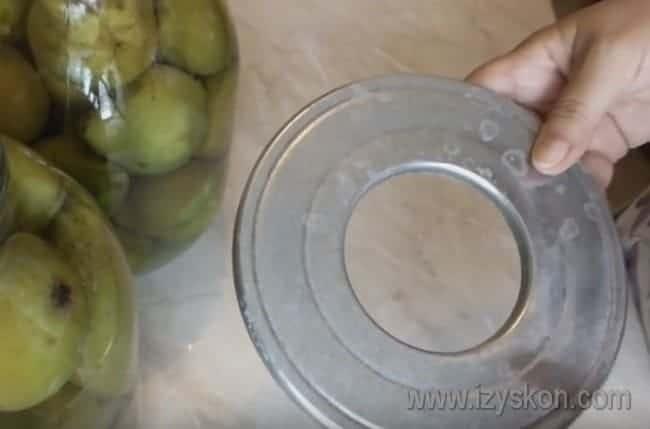 Используем круг для стерилизации или полотенце, чтобы банки с компотом не треснули.